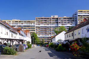 Plattenbau hinter Siedlung